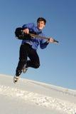 Hombre con el salto de la guitarra Fotografía de archivo