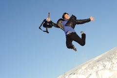 Hombre con el salto de la guitarra Imagenes de archivo