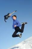 Hombre con el salto de la guitarra Foto de archivo