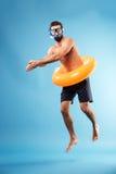 Hombre con el salto del círculo de la natación fotos de archivo