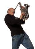 Hombre con el saxofón imagenes de archivo