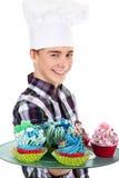 Hombre con el sombrero y la magdalena del cocinero Fotografía de archivo