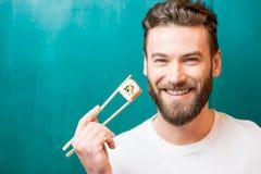 Hombre con el sushi Imagen de archivo libre de regalías