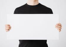 Hombre con el tablero blanco en blanco Imagen de archivo