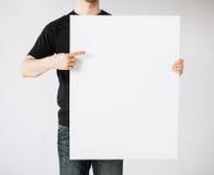 Hombre con el tablero blanco en blanco Imagenes de archivo