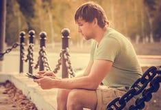 Hombre con el Tablet PC al aire libre Imagen de archivo libre de regalías