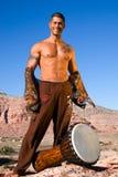 Hombre con el tambor. fotos de archivo