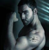 Hombre con el tatuaje Imagen de archivo libre de regalías