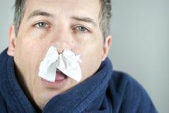 Hombre con el tejido en nariz Imagenes de archivo