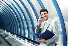 Hombre con el teléfono Foto de archivo libre de regalías
