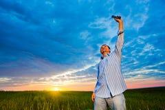 Hombre con el teléfono celular fotografía de archivo libre de regalías