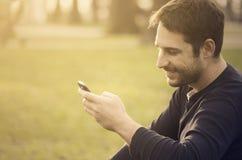 Hombre con el teléfono elegante Foto de archivo libre de regalías