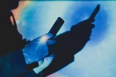 Hombre con el teléfono elegante en manos imagen de archivo