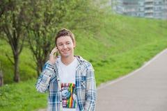 Hombre con el teléfono en el parque imágenes de archivo libres de regalías