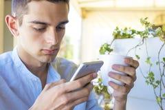 Hombre con el teléfono móvil Imagen de archivo