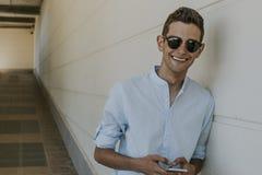 Hombre con el teléfono móvil al aire libre Fotos de archivo
