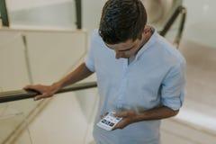 Hombre con el teléfono móvil al aire libre Foto de archivo