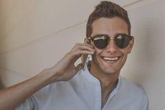 Hombre con el teléfono móvil al aire libre Foto de archivo libre de regalías