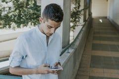 Hombre con el teléfono móvil al aire libre Imagen de archivo libre de regalías