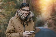 Hombre con el teléfono móvil al aire libre Imágenes de archivo libres de regalías