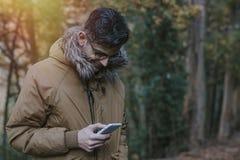 Hombre con el teléfono móvil al aire libre Fotografía de archivo libre de regalías