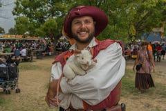 Hombre con el traje medieval Foto de archivo libre de regalías