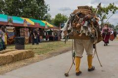 Hombre con el traje medieval del viajero Fotografía de archivo