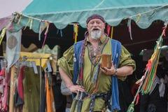 Hombre con el traje medieval que canta Foto de archivo libre de regalías
