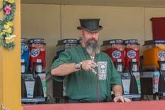 Hombre con el traje medieval, vendiendo bebidas Imagenes de archivo