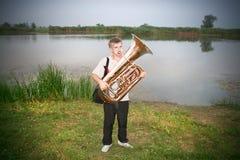 Hombre con el tubo del trombón Imagenes de archivo