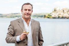 Hombre con el vidrio de vino Fotos de archivo libres de regalías