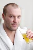 hombre con el zumo de naranja Foto de archivo libre de regalías
