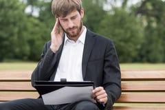 Hombre con exceso de trabajo cansado Imagenes de archivo