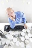 Hombre con exceso de trabajo en la oficina Imagen de archivo
