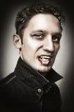 Hombre con explosiones del estilo del vampiro, sangre Imágenes de archivo libres de regalías