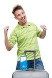 Hombre con gesticular de los puños de la maleta y del boleto del viaje Fotos de archivo libres de regalías