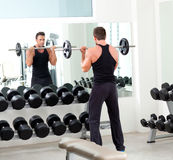 Hombre con gimnasia del equipo de entrenamiento del peso de la pesa de gimnasia Imagen de archivo libre de regalías