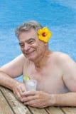 Hombre con ginebra y tónico en la piscina Fotos de archivo