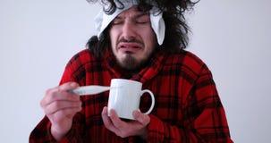 Hombre con gripe y fiebre fotos de archivo