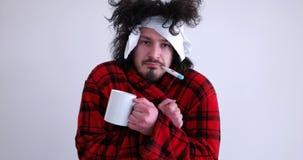 Hombre con gripe y fiebre imágenes de archivo libres de regalías