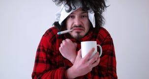 Hombre con gripe y fiebre imagenes de archivo