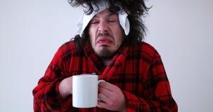 Hombre con gripe y fiebre foto de archivo libre de regalías