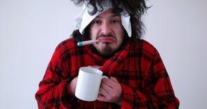 Hombre con gripe y fiebre foto de archivo