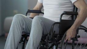 Hombre con incapacidades que no abandona y que no se mueve adelante, fijando nuevas metas almacen de metraje de vídeo