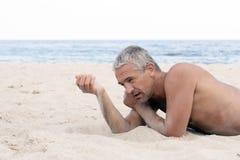 Hombre con la arena a disposición Imagen de archivo libre de regalías