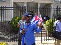 Hombre con la bandera cubana y americana Imagen de archivo