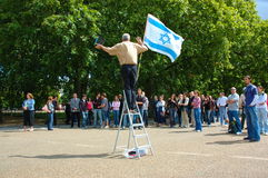 Hombre con la bandera de Israel Imágenes de archivo libres de regalías