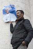Hombre con la bandera de papa Francisco Fotos de archivo