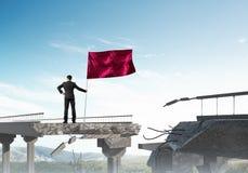 Hombre con la bandera que presenta concepto de la dirección Fotografía de archivo