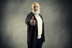 Hombre con la barba blanca que muestra los pulgares para arriba Fotografía de archivo libre de regalías